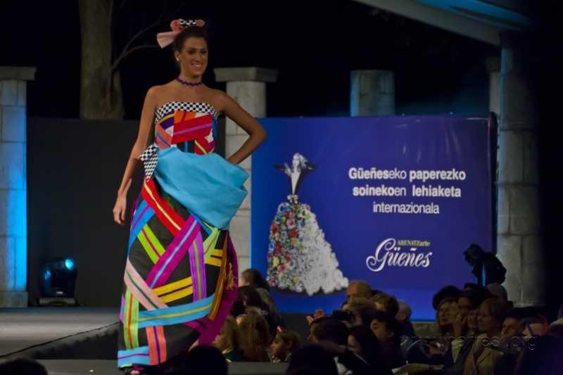 Concurso Internacional de Vestidos de Papel.  Güeñes - Bizkaia (1/3)