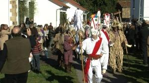 Los Danzarines Blancos abren el desfile de La Vijanera