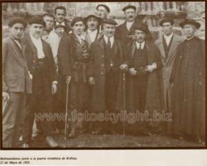 Balmasedanos en la puerta de la ermita. 1923