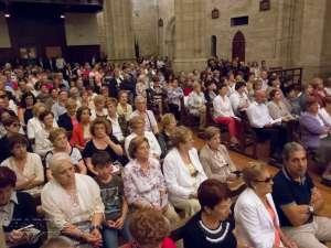La iglesia repleta de público