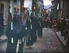Grupo de penitentes en la calle Pío Bermejillo (Enmedio)