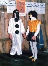 Disfraces de Carnaval. al fondo el cartel de 1987